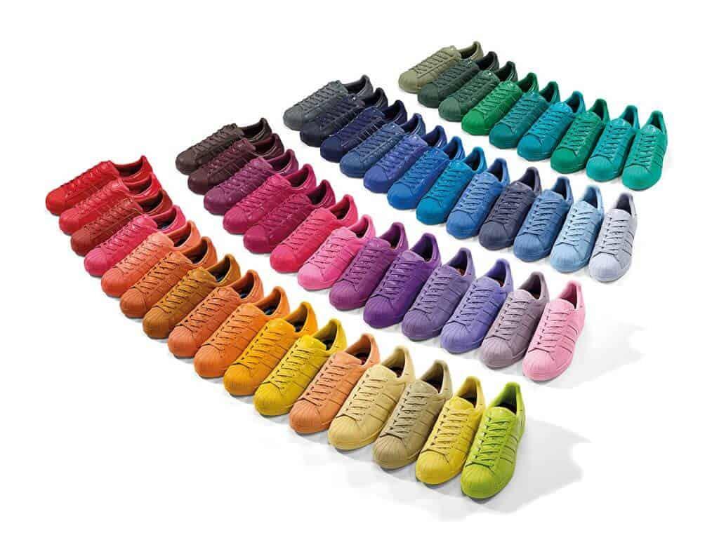 kleurrijke sneakers van adidas