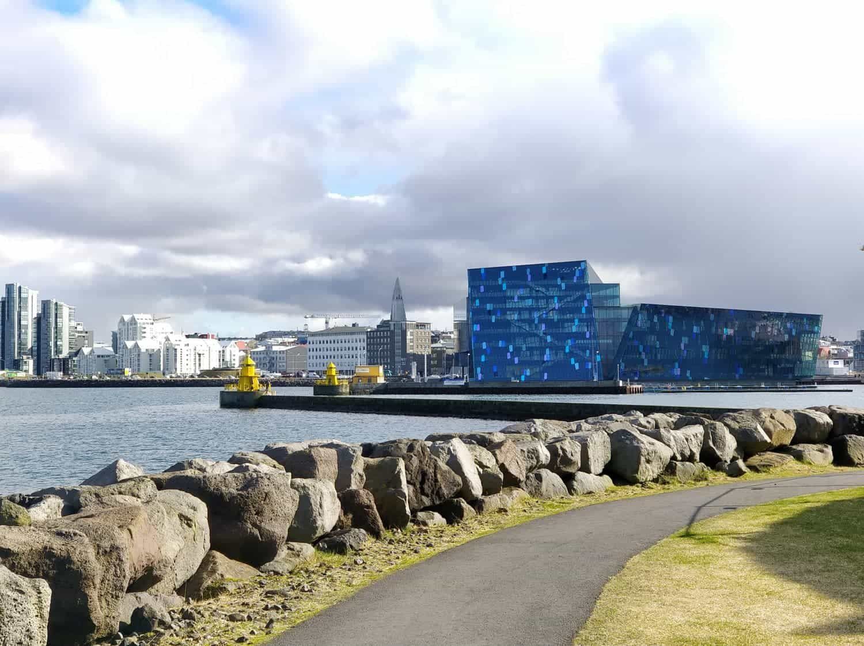 Uitzicht op de skyline van Reykjavik vanuit de haven