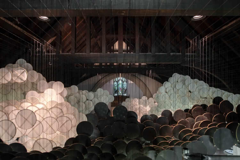 installatie van kunstenaar Jacob Hashimoto