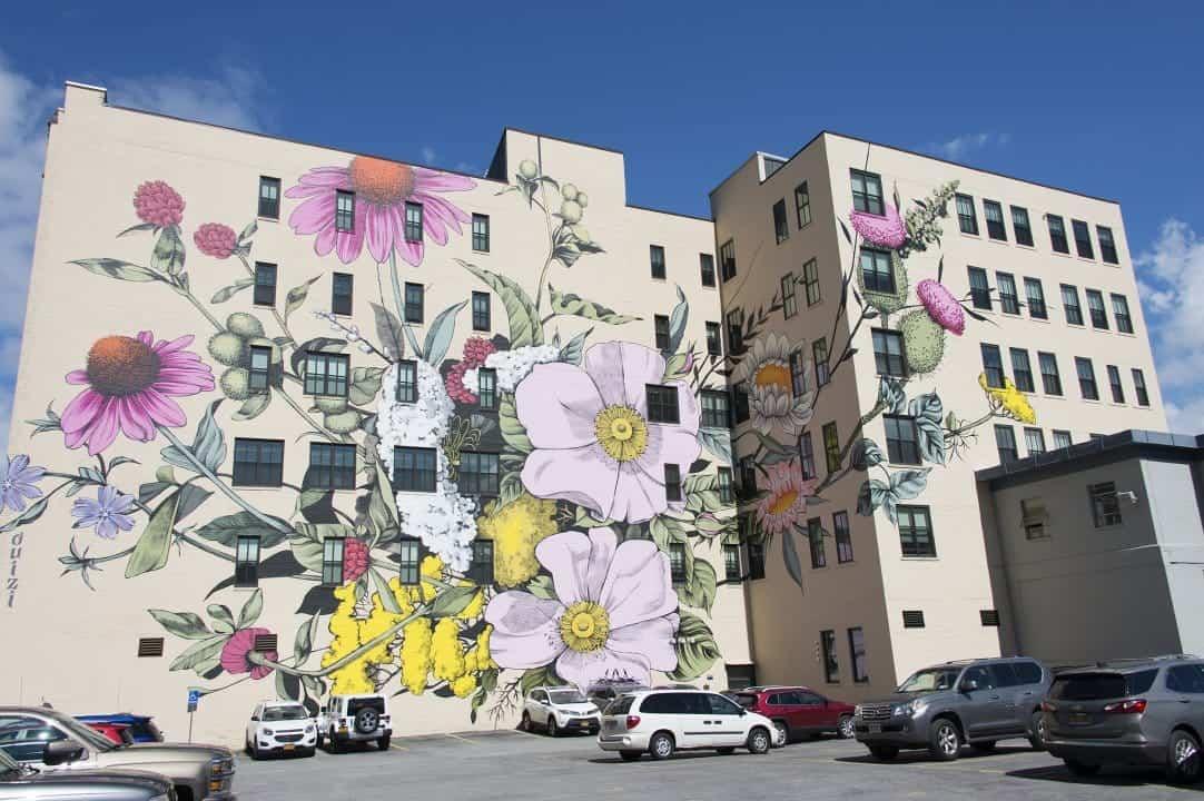 straatkunst met bloemen
