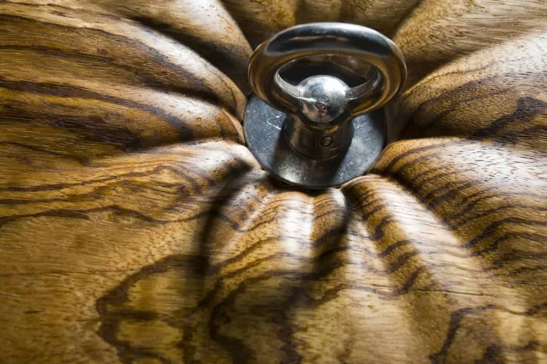 sculptuur van hout en metaal