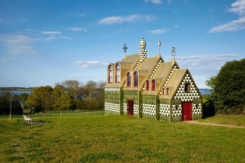Grayson Perry en FAT Architecture For Living Architecture, A House for Essex, 2015, Black Boy Lane, Manningtree, Essex CO11 2TP, Engeland. Foto: Jack Hobhouse