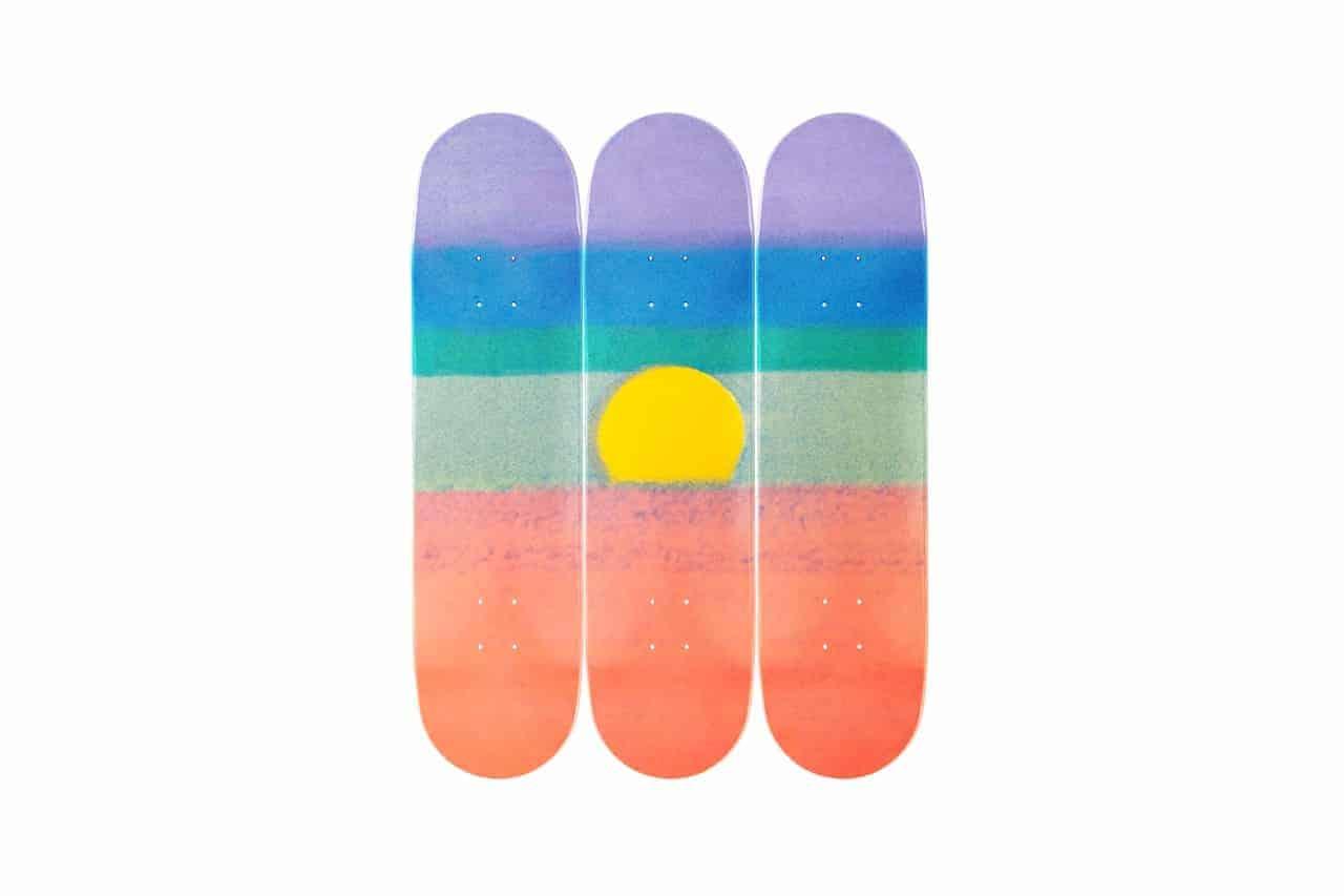 Drieluik van skateboards met werk van Andy Warhol