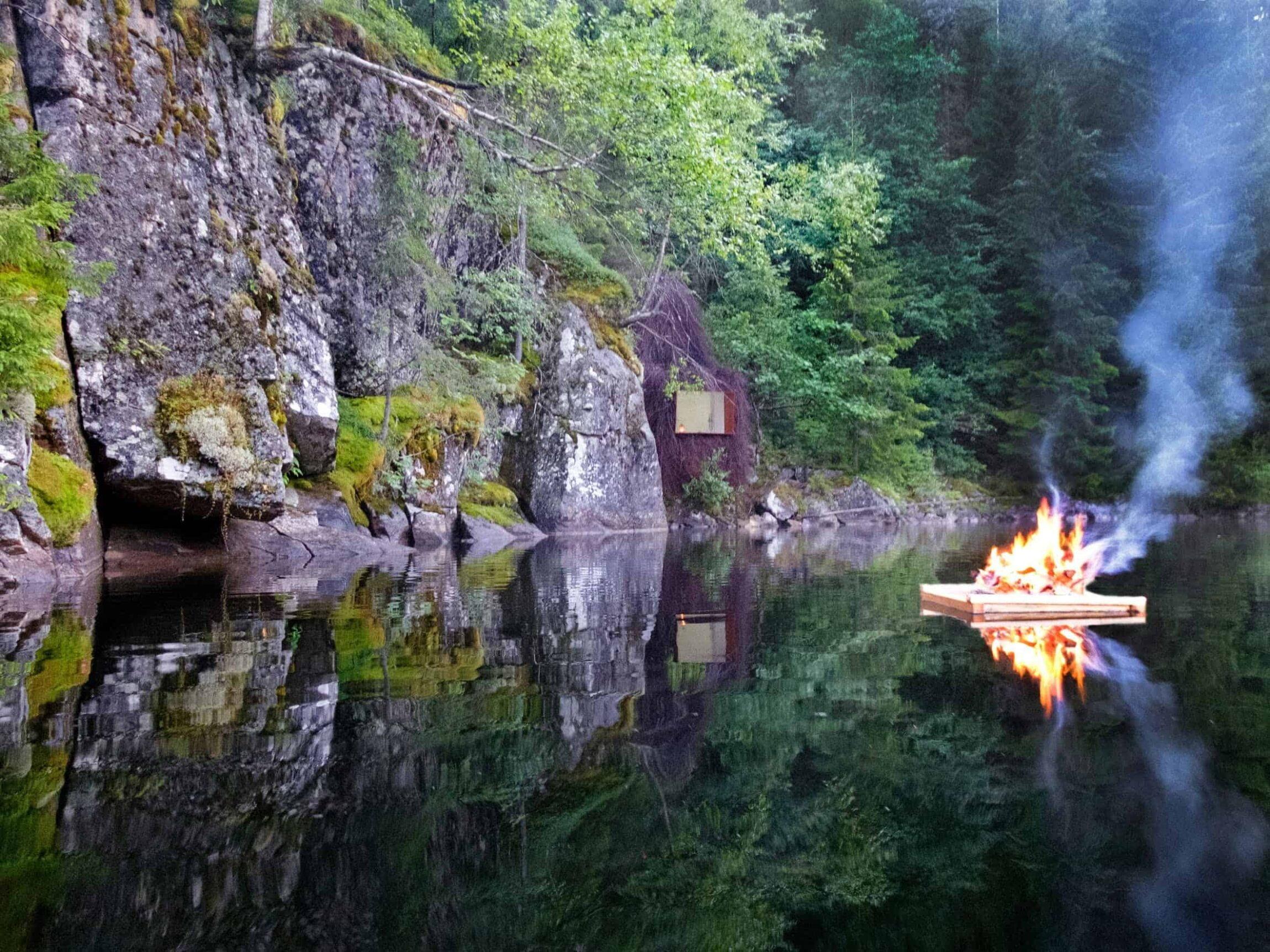 verborgen hut in de Noorse natuur