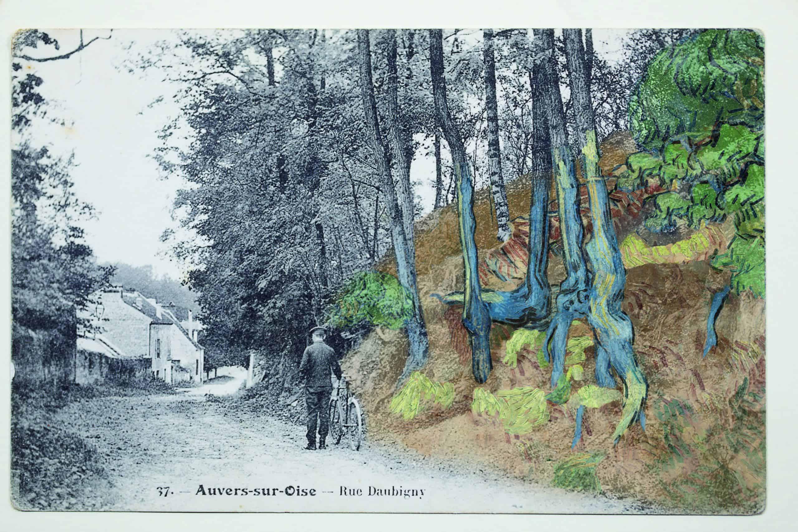 Ansichtkaart 'rue Daubigny, Auvers-sur-Oise' met daar overheen het schilderij 'Boomwortels' (1890) van Van Gogh, ©arthénon