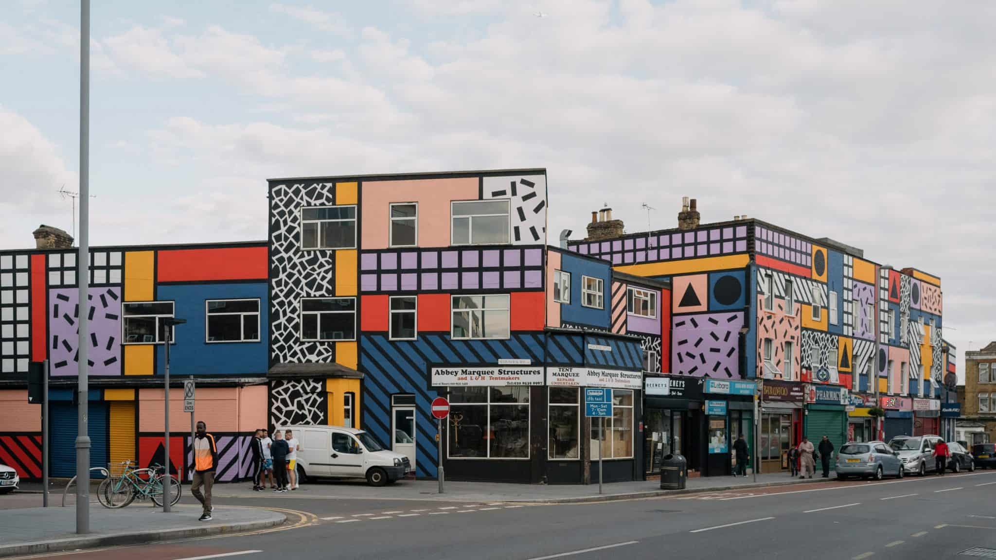 Beschilderd huizenblok van Camille Walala