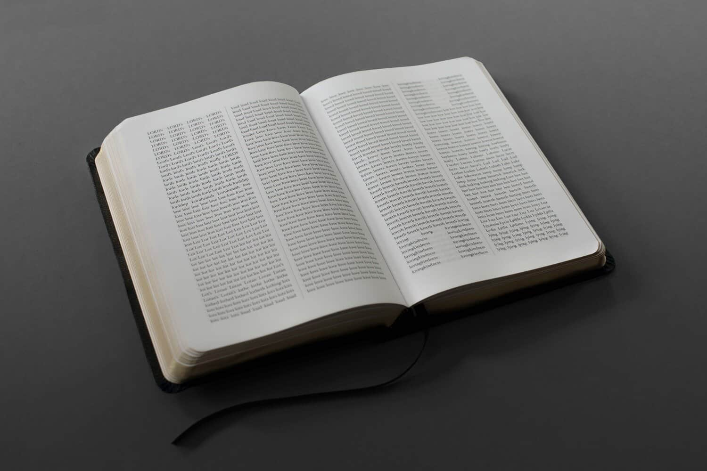 Sideline Collective zet de bijbel in alfabetische volgorde