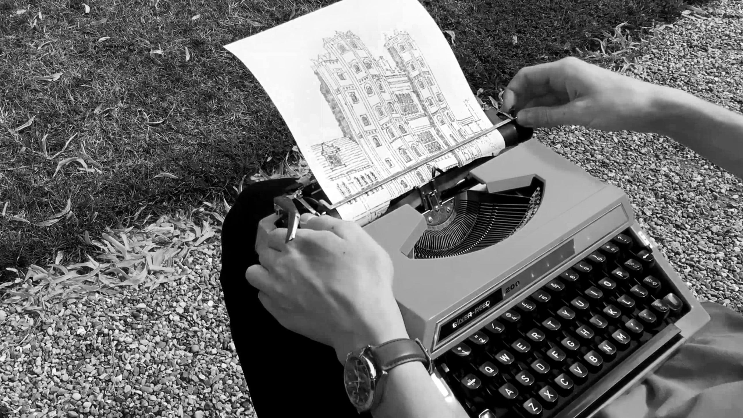 James Cook maakt tekeningen met een typemachine
