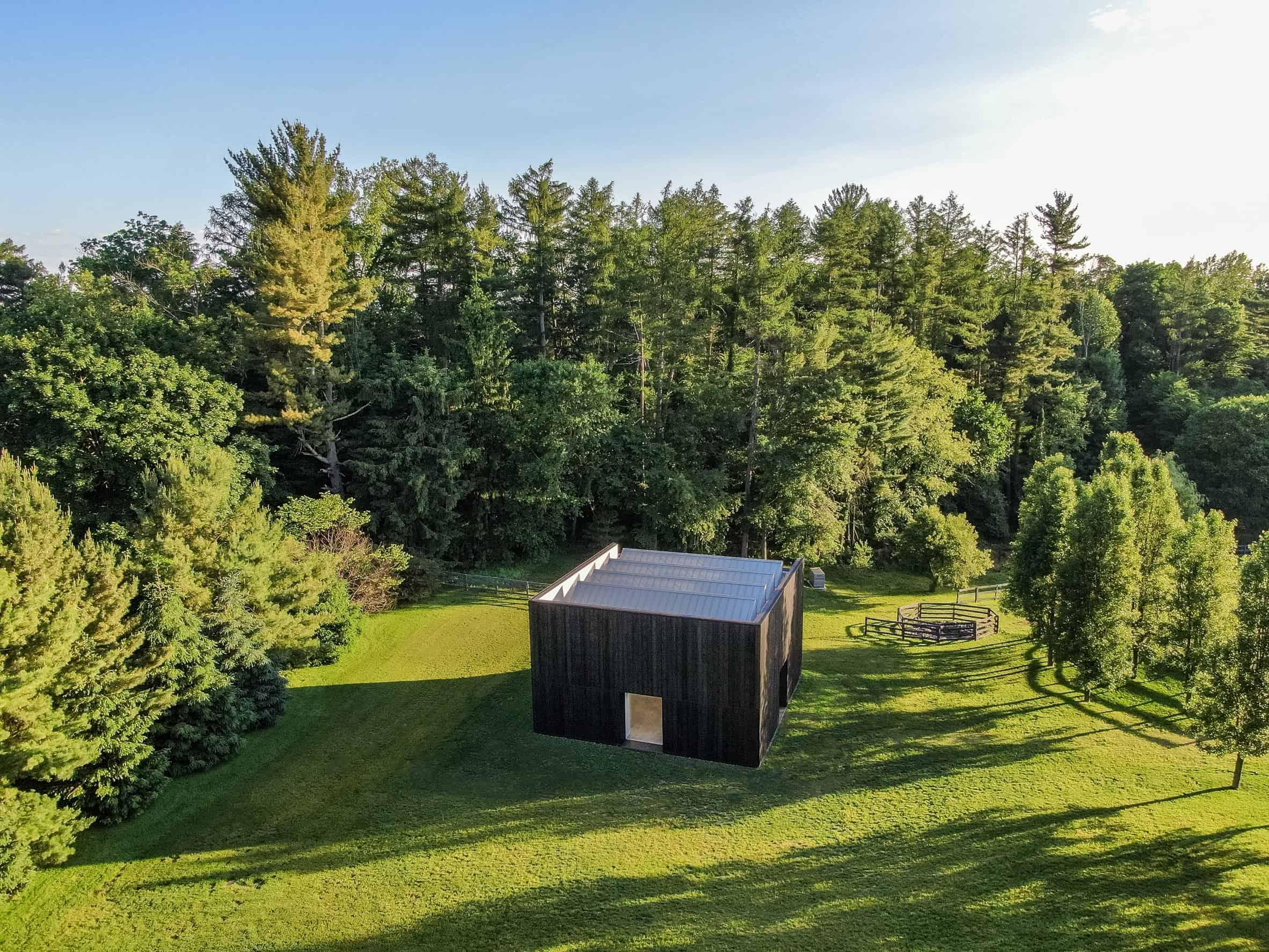 Houten paviljoen voor sculptuur van Richard Serra