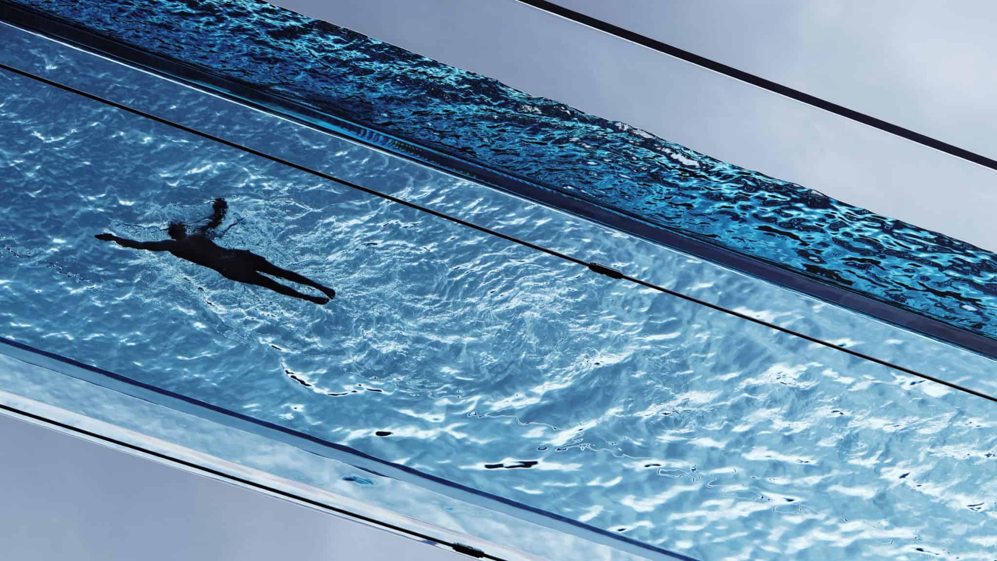 glazen zwembad in de lucht