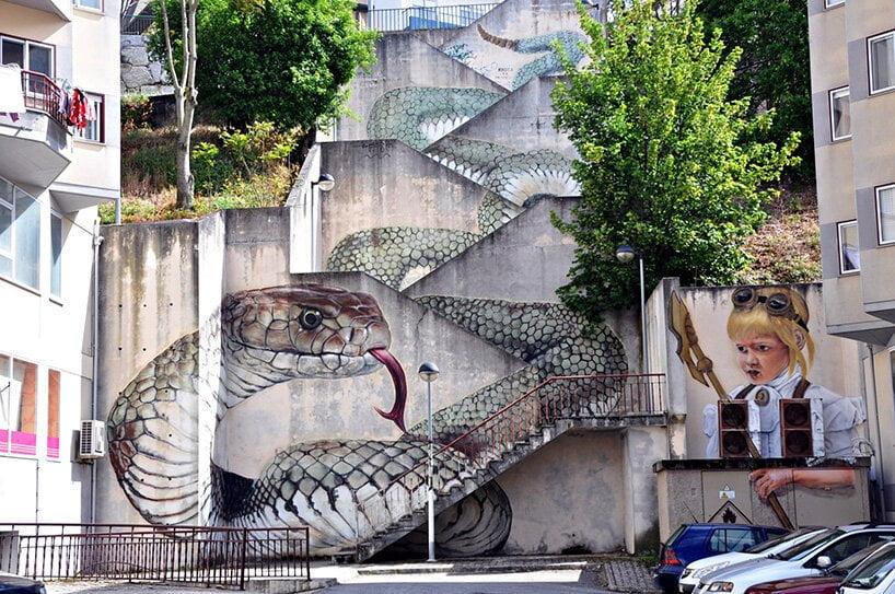 Een gigantische slang op een trap in Portugal