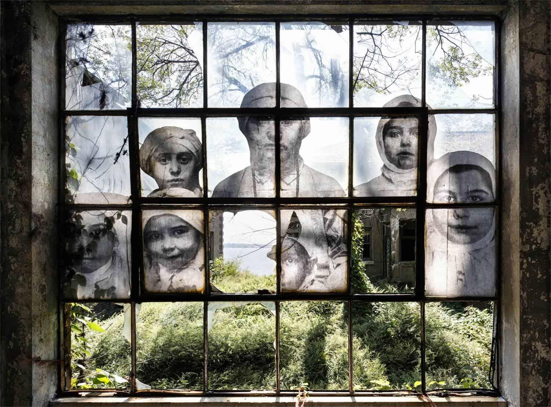 fotograaf JR exposeert op Ellis Island