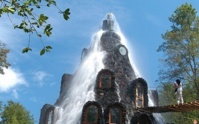Magisch hotel met waterval