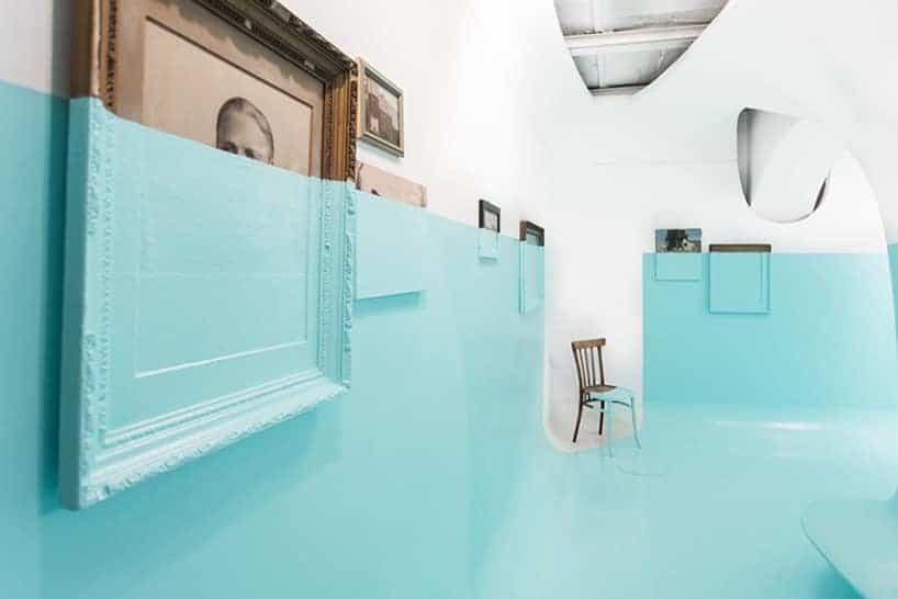 Davide D'Elia bedekt galerie met dikke lagen blauwe verf