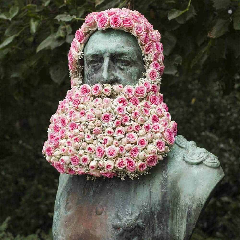 standbeeld versierd met bloemen