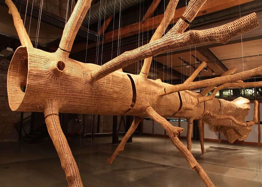 Kunstenaar John Grade maakt houten kopie van een grote boom