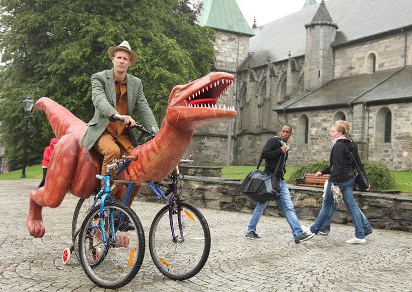 Markus Moestue reist door Noorwegen op een dinosaurusfiets