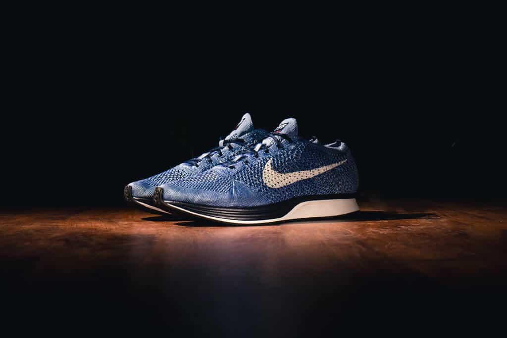 met indigo gekleurde sneaker van Nike