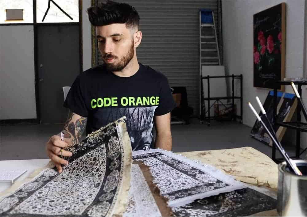 Kunstenaar Jason Seife aan het werk