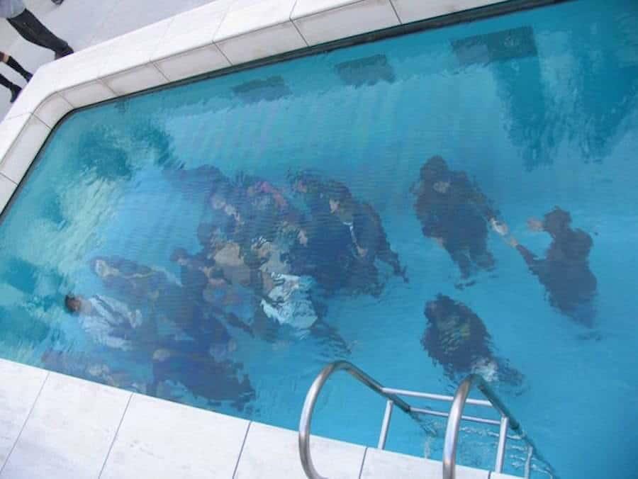 geen zwembad, maar kunstwerk