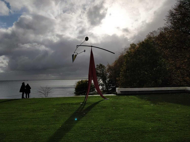 Werk van Alexander Calder in de tuin van het Louisiana Museum of Modern Art