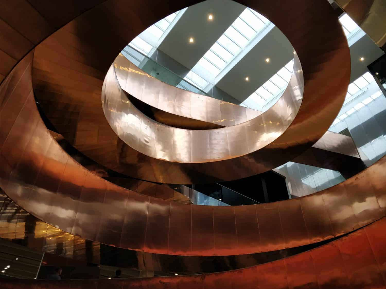 Prachtige koperen trap in museum Experimentarium