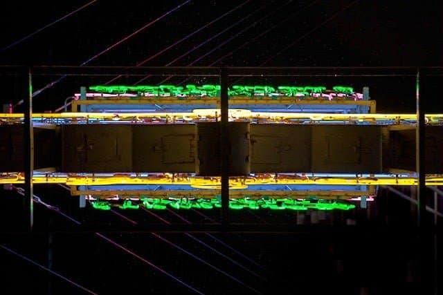 Onder de neon-borden van Hong Kong