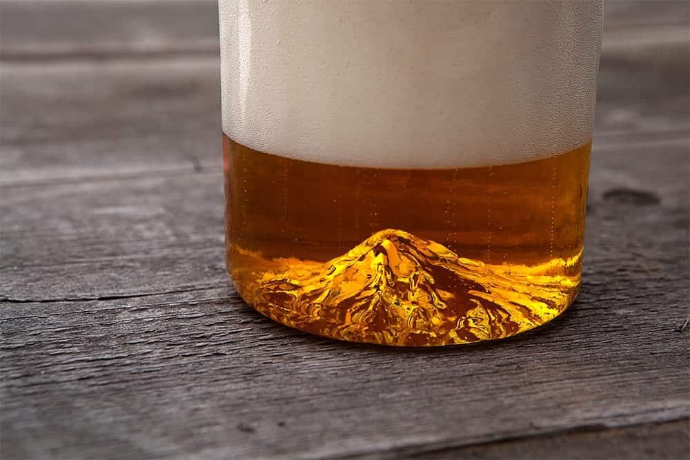 Bierglas met berg op de bodem