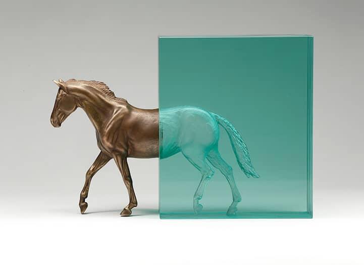 Paard van brons en glas door Ben Young