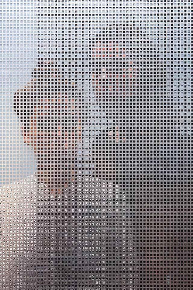 Mensen achter een geperforeerd scherm