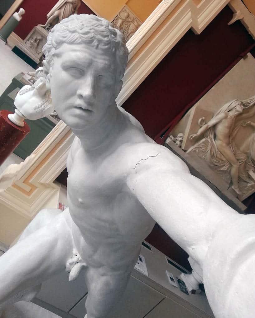standbeeld maakt selfie