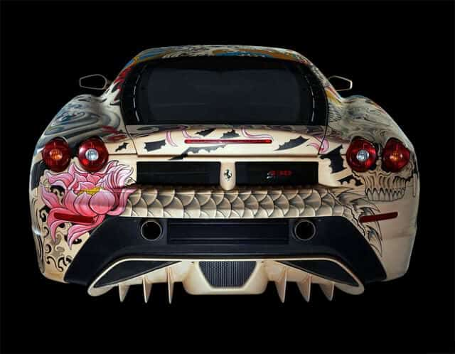 Getatoeëerde Ferrari